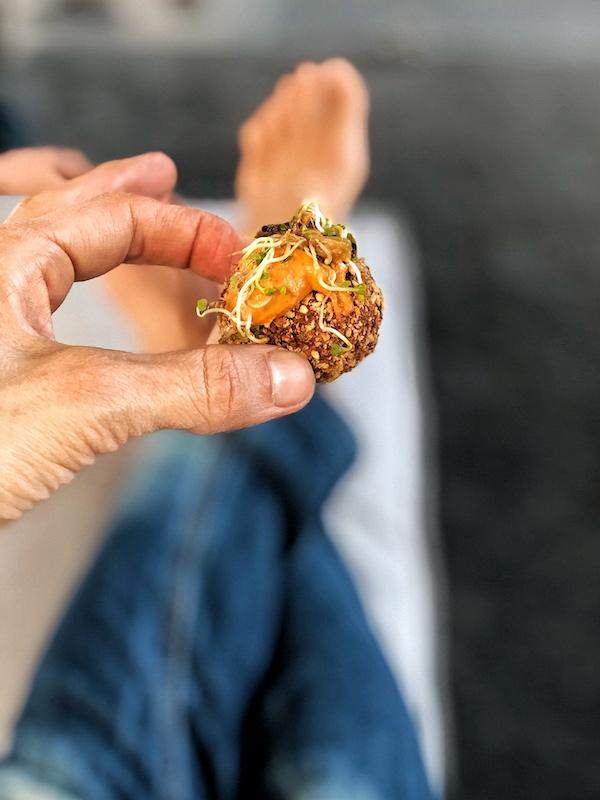 Un falafel en una mano