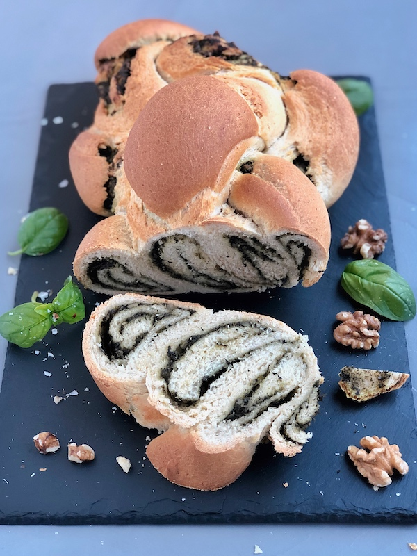 Pan Trenzado con Pesto de Superalimentos encima de pizarra negra