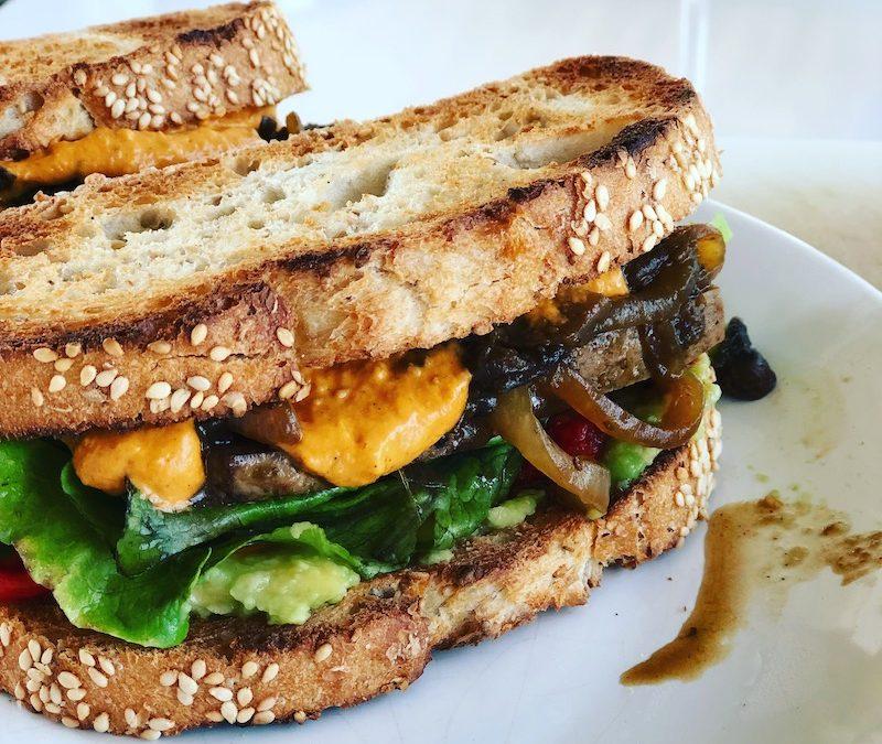 Sandwich con Tofu ahumado y verduras caramelizadas (vegano, sin gluten)