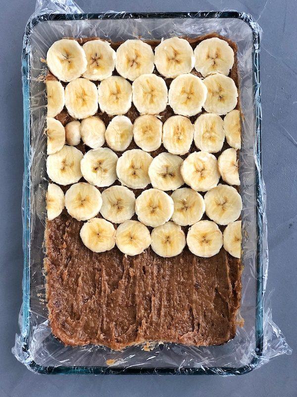 barritas de chocolate y plátano con caramelo de dátiles y anacardos, base con caramelo
