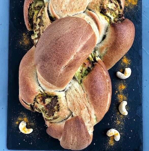 Pan trenzado con Pesto de Anacardos y Cúrcuma (vegano)