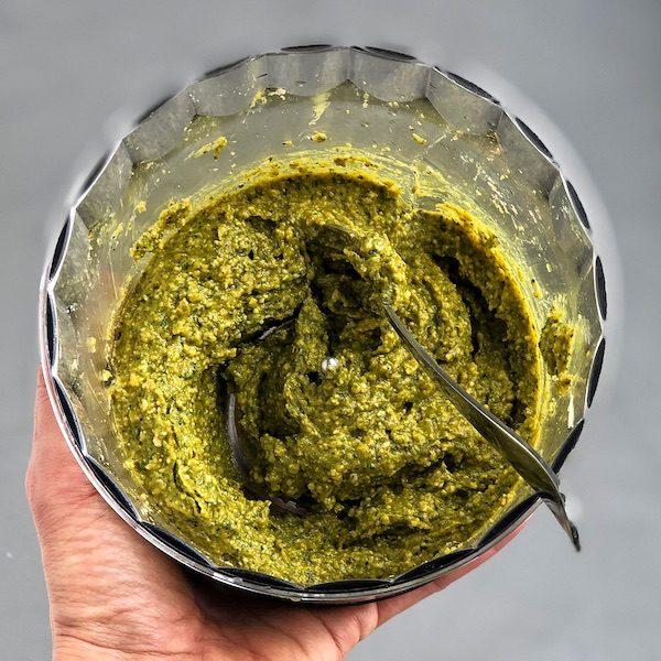 Pesto vegano con anacardos y cúrcuma en robot de cocina