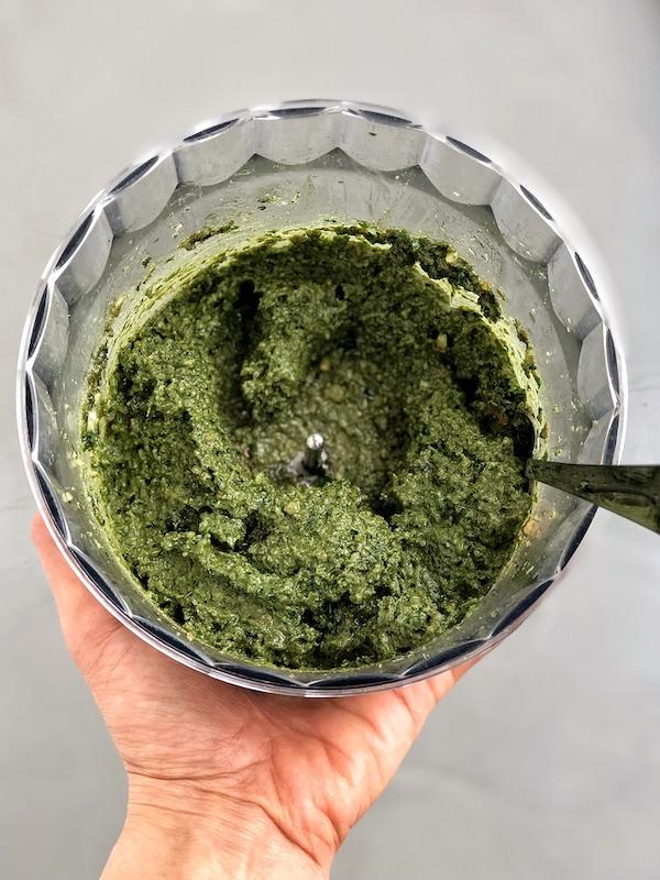 Pesto Vegano con Kale Nueces y Espirulina en robot de cocina
